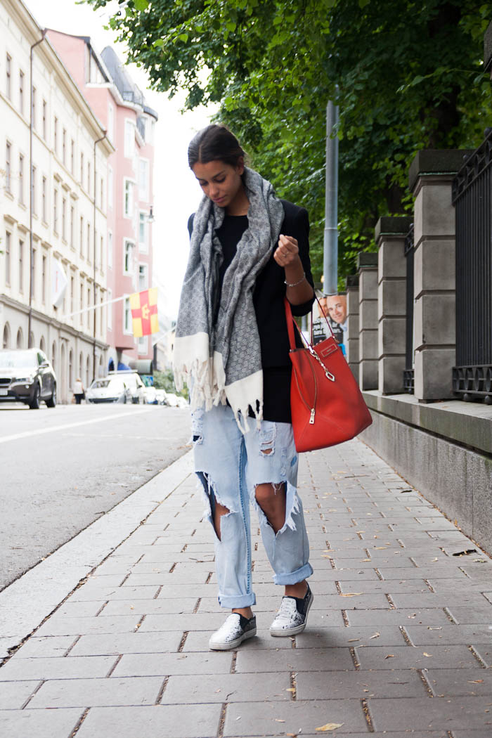 Damla Yaraman is wearing a jacket from Armani Exchange, jumper from H&M, scarf from Cotton Therapy, bag from DKNY and the jeans are from JunkYard