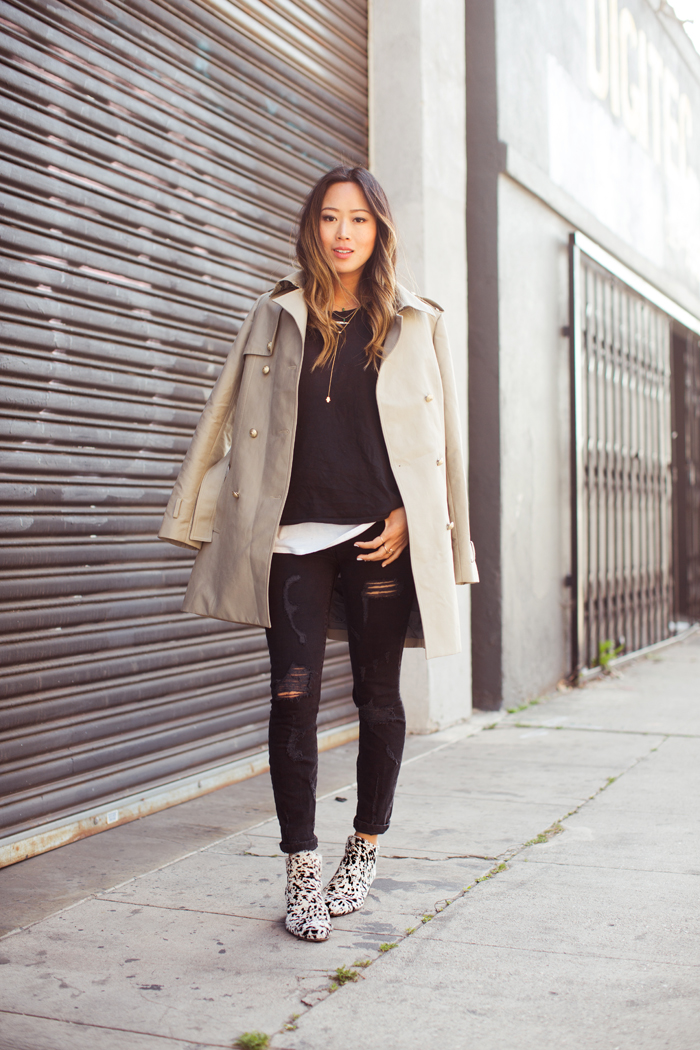 For a quick and easy casual black jeans look, just add a white T-shirt, black biker jacket, and sneakers. To achieve a smart casual style, you can partner your black jeans with a rollneck sweater and tailored coat. For a semi-formal style, try pairing your black jeans with a dress shirt, blazer, and oxford shoes.