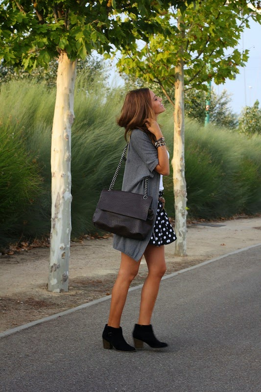 Maria Alejandra Gallart Vall is wearing a polka dot skirt from Abaday, grey jacket from Hoss Intropia, jersey from Stradivarius, boots from Bershka and a bag from Parfois