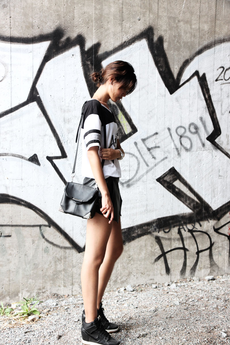 Miuccia is wearing a top from Cubus, shorts from Zara, bag from Alexander Wang and shoes from Nike