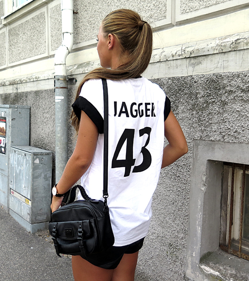 Frida Grahn is wearing black shorts from NLY, bag from BikBok and the Jagger 43 T-shirt is from Tiger Mist