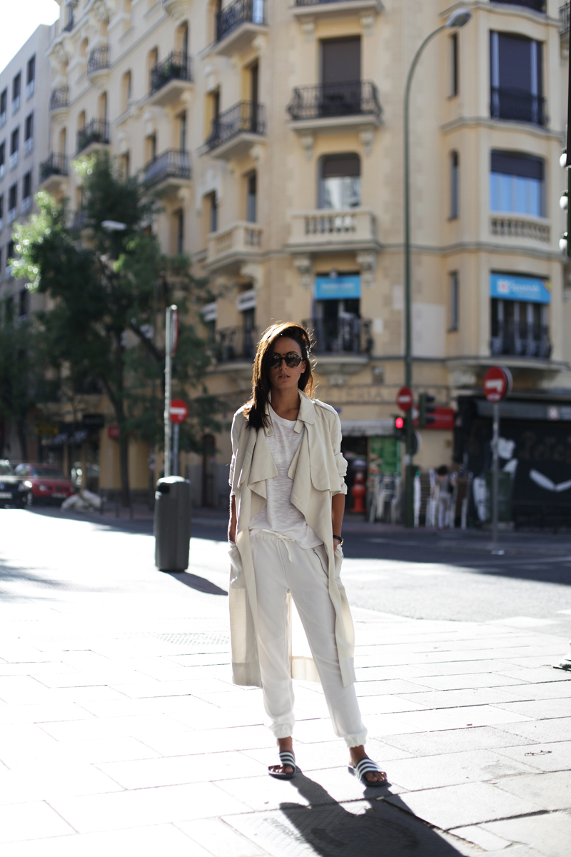 Lucita Yañez is wearing a trench coat from H&M, T-shirt from Mango, trousers from SheInside and slides from Adidas