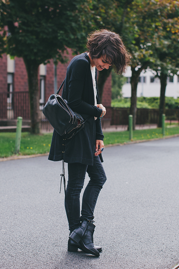 Coline is wearing a cardigan from Sandro, blouse from IKSS, jeans from All Saints, boots from Zara and a vintage bag