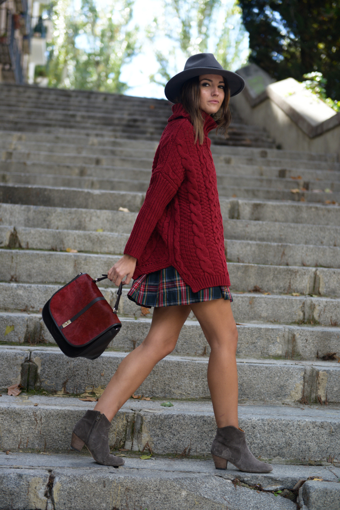 Alexandra Pereira is wearing a short plaided skirt from Melisa