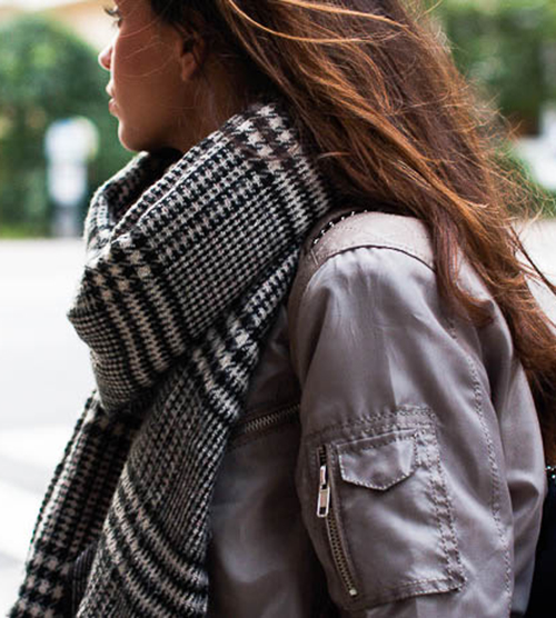 Damla Yaraman is wearing a black and white plaid scarf
