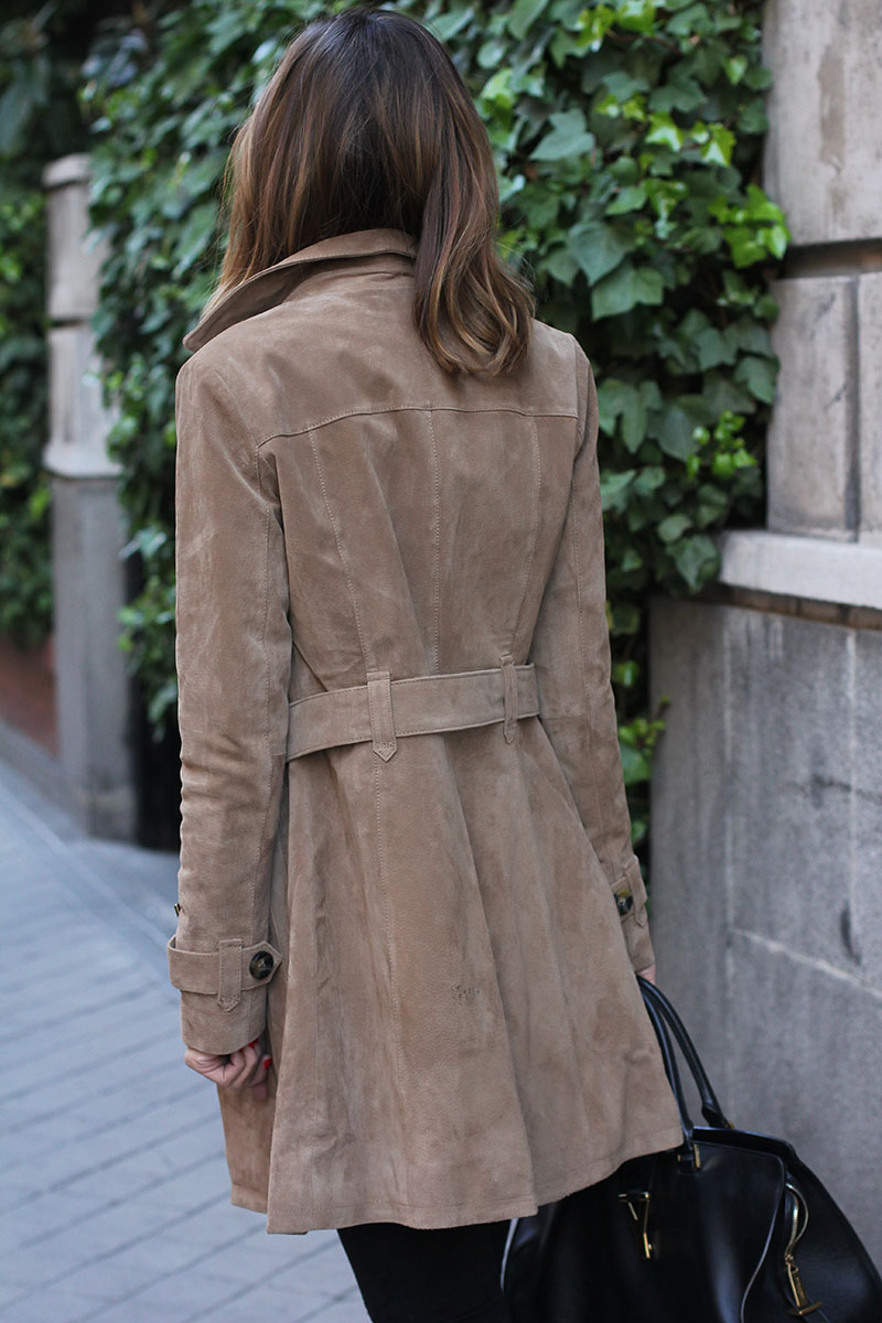 A sophisticated suede trench coat is perfect for almost any occasion, whether it be work or play. This coat emphasises curves by going in at the waist with a tie; a stylish feature aimed at accentuating shape. Via Silvia Zamora. Total Look: Formula Jovén El Corte Inglés.