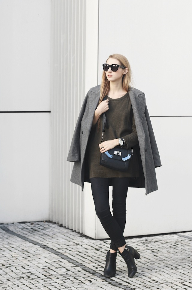 Benedichte is wearing a grey cardigan and black dress from gestuz bag