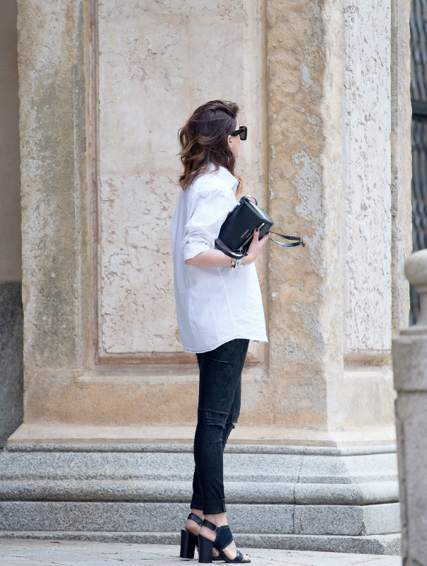 Black And White Outfits For Spring: Nicoletta Reggio is wearing a white Zara shirt and black Jennifer jeans