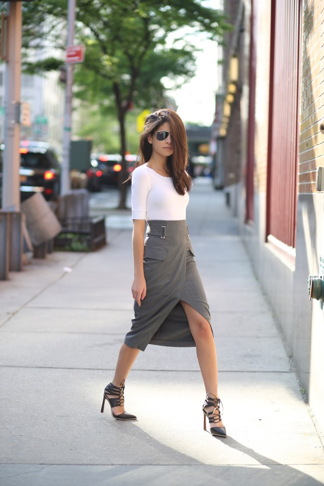 Lainy Hedaya is wearing a grey midi pencil skirt with front split from H&M