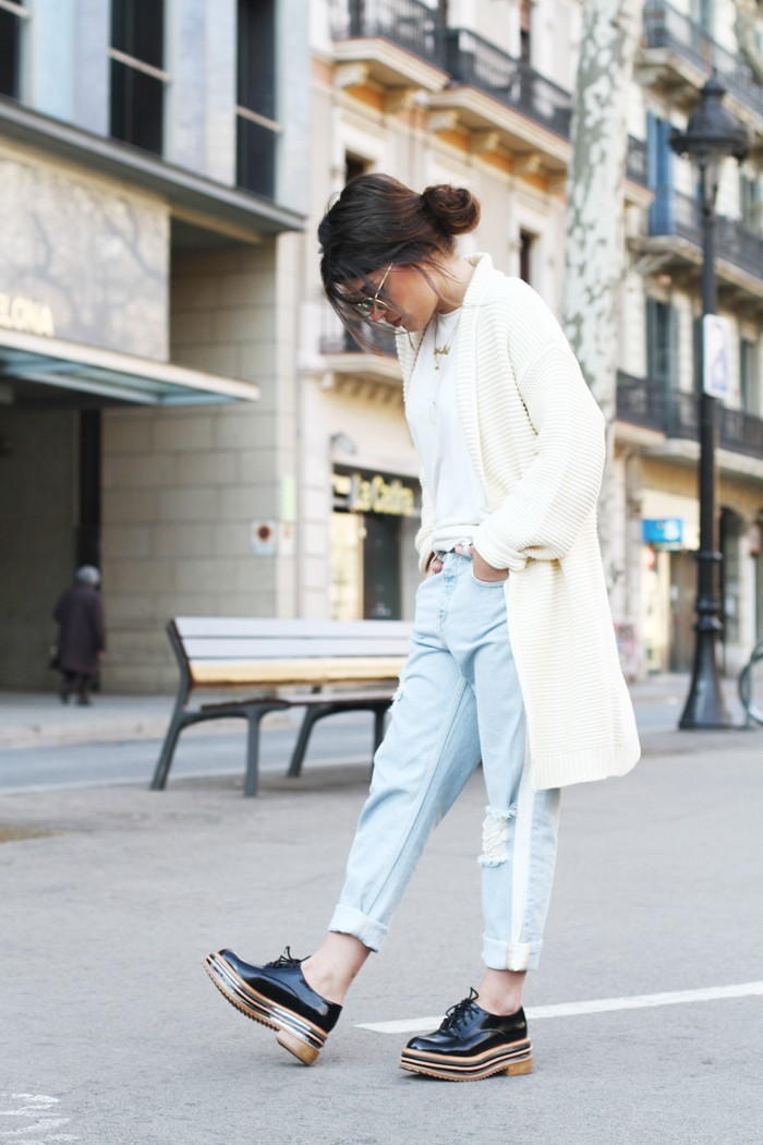 Aida Domenech is wearing an off white cardigan from Buylevard, white shirt from Bershka, jeans from Mango and the shoes are from Jeffrey Campbell