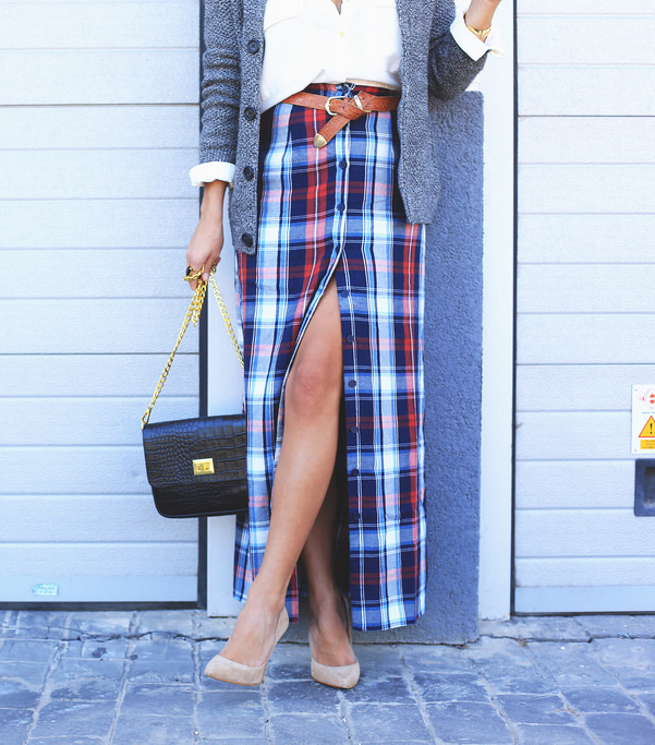 Jessie Chanes is wearing a plaid high slit Noisy May-Buylevard maxi skirt