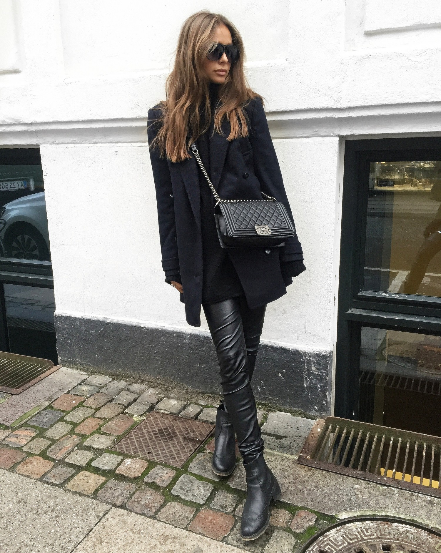 Leather leggings are the perfect choice for an all black look. Maria Kragmann wears a pair with gorgeous Chelsea boots and an oversized blazer from Pepe Jeans. Coat: Pepe Jeans, Trousers: Asos, Boots: Kurt Geiger, Bag: Chanel.