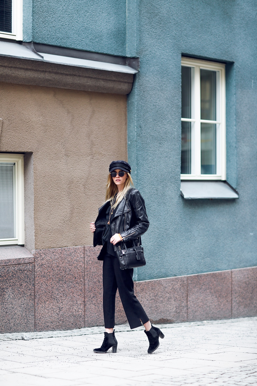 Black on black is the way to go this season! Elsa Ekman wears the style through gorgeous slitted culottes and a shiny leather jacket; we love it! Jacket: Mango, Shirt: Zara, Blazer: Scotch & Soda, Trousers: Espirit, Shoes: Zalando.
