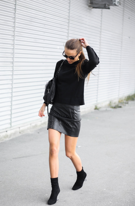 Sandra Willer has created an awesomely authentic black-on-black style here, pairing an edgy leather mini skirt with a simple black sweater and a matching leather bag. This look is perfect if you're looking to add some sass to your wardrobe! Shirt: Monki, Skirt: Stayfash, Bag: Valentino, Shoes: Public Desire.