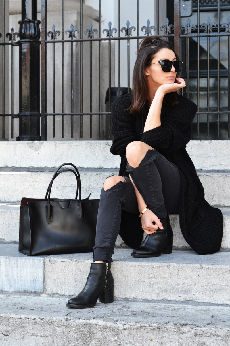 An oversized black knit will go perfectly with skinny jeans and ankle boots. Via Mary Josephine. Boots: Sacha, Jeans: Seven Sisters, Bag: Gianni Chiarini.