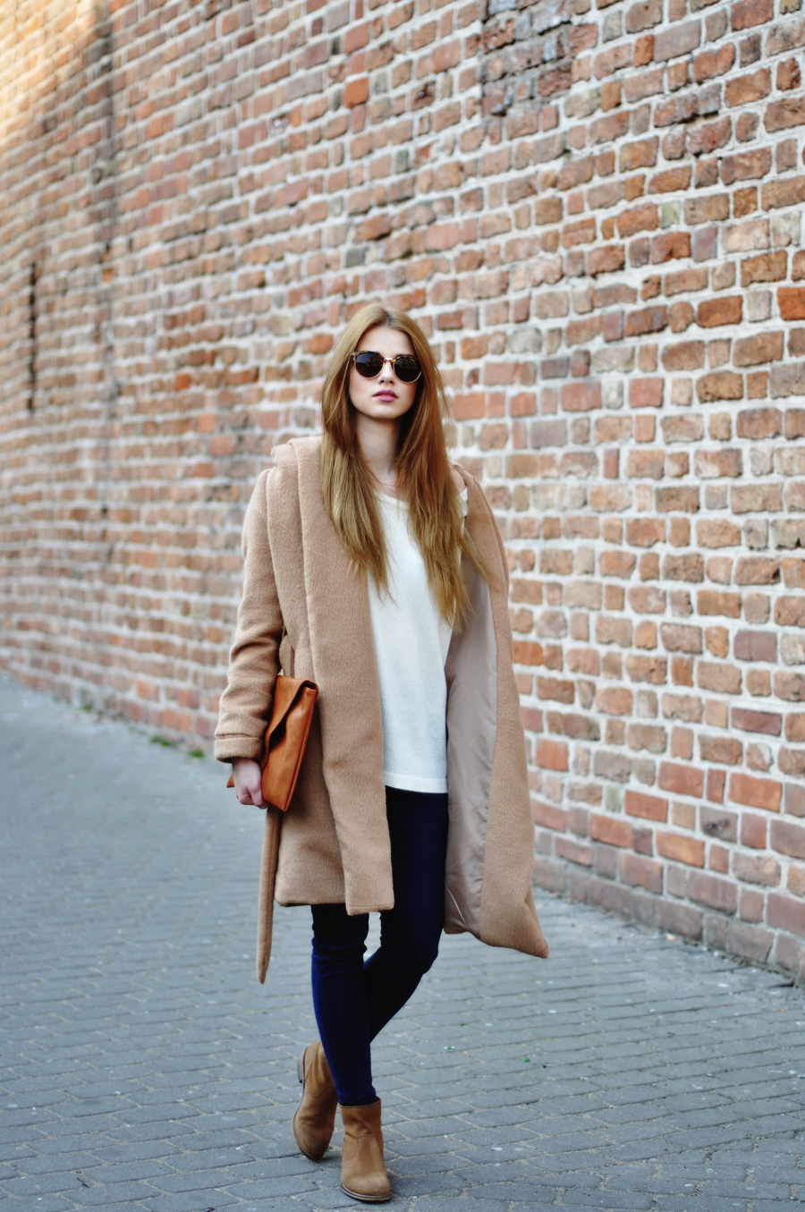 Iga Wysocka is wearing a camel coat and white sweater from Oasap, jeans and clutch from Pull & Bear and the shoes are from Oysho