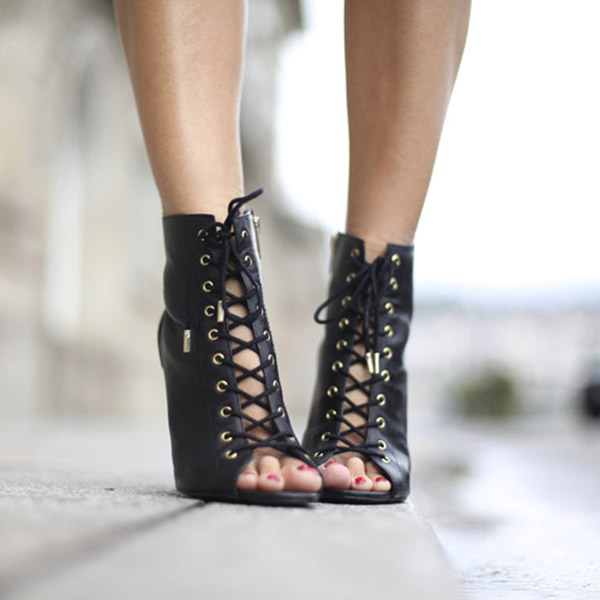 Silvia Garcia is wearing a black lace up shoes from Steve Madden