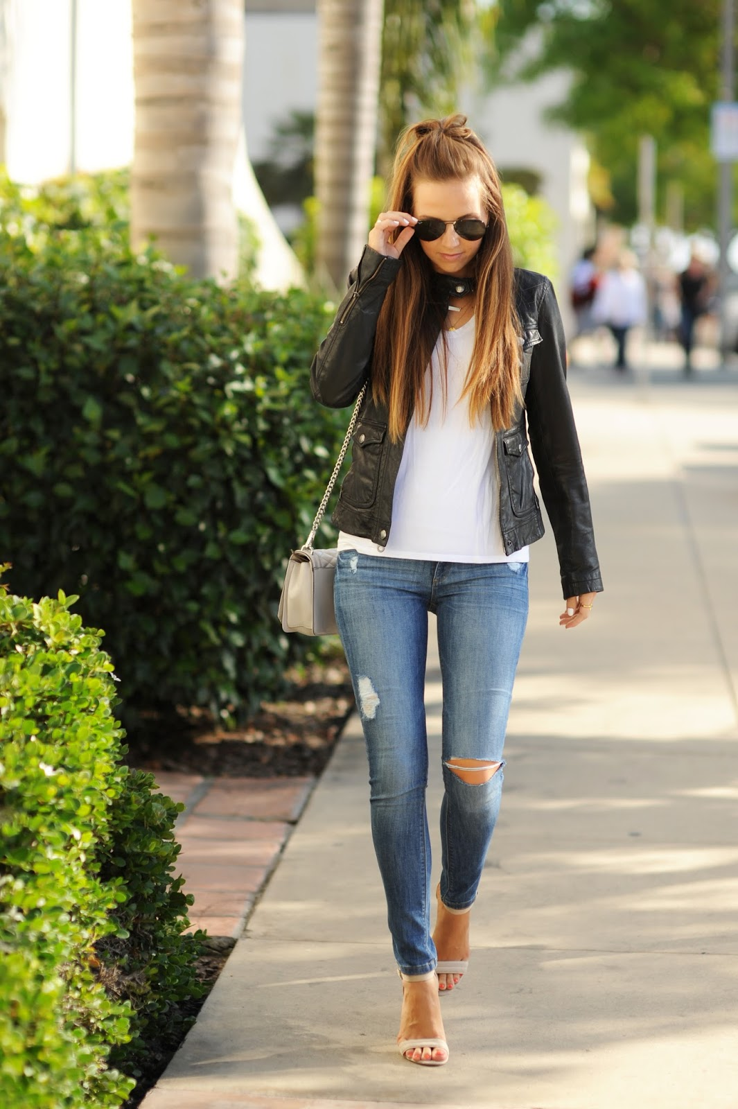 486c36834de9 Distressed skinny jeans with a plain white tee and leather jacket is the  best look for being out and about this summer. Via merricksart