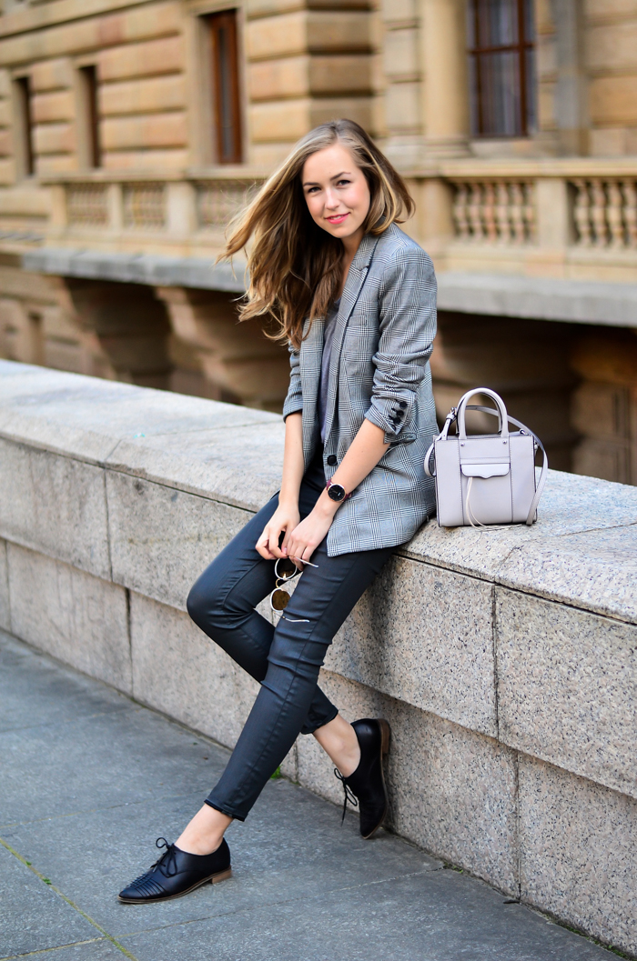 Rock your date's world when you show up in this confident outfit – grey skinny jeans with a go-to black blazer and a signature accessory. Choose a soft, unstructured jacket to add a feminine touch.