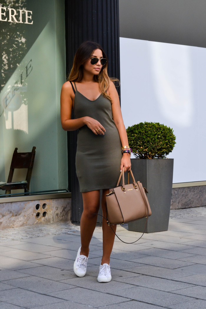 Keep it simple and summer in a khaki bodycon dress like Consuelo Paloma. This look is easy but effective; and the perfect combination of casual and sexy! Dress: Mango, Sneakers: Superga, Bag: MK.