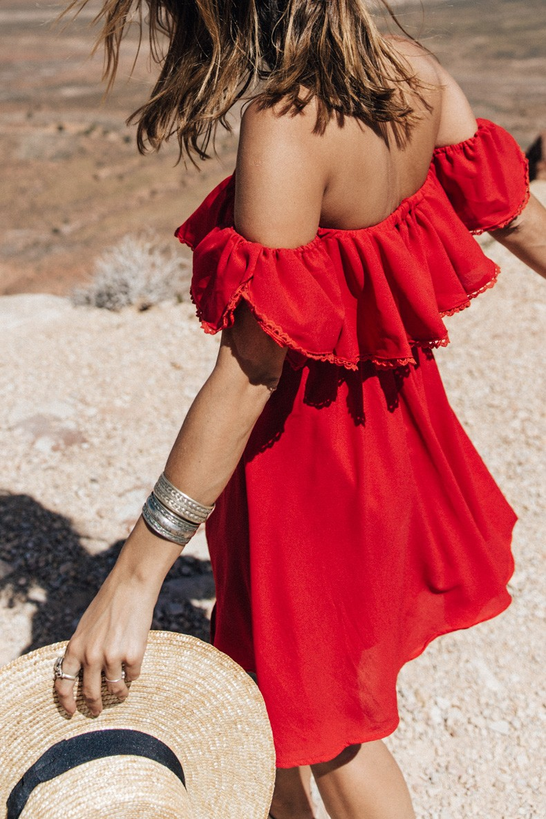 It doesn't come more summery than this. Red off-the-shoulder dress and a straw hat. Via Sara Escudero
