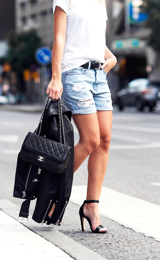 Classic summer outfit. White T-shirt, boyfriend shorts and leather jacket. The outfit would have worked with simple sneakers too. Via Victoria Tornegren