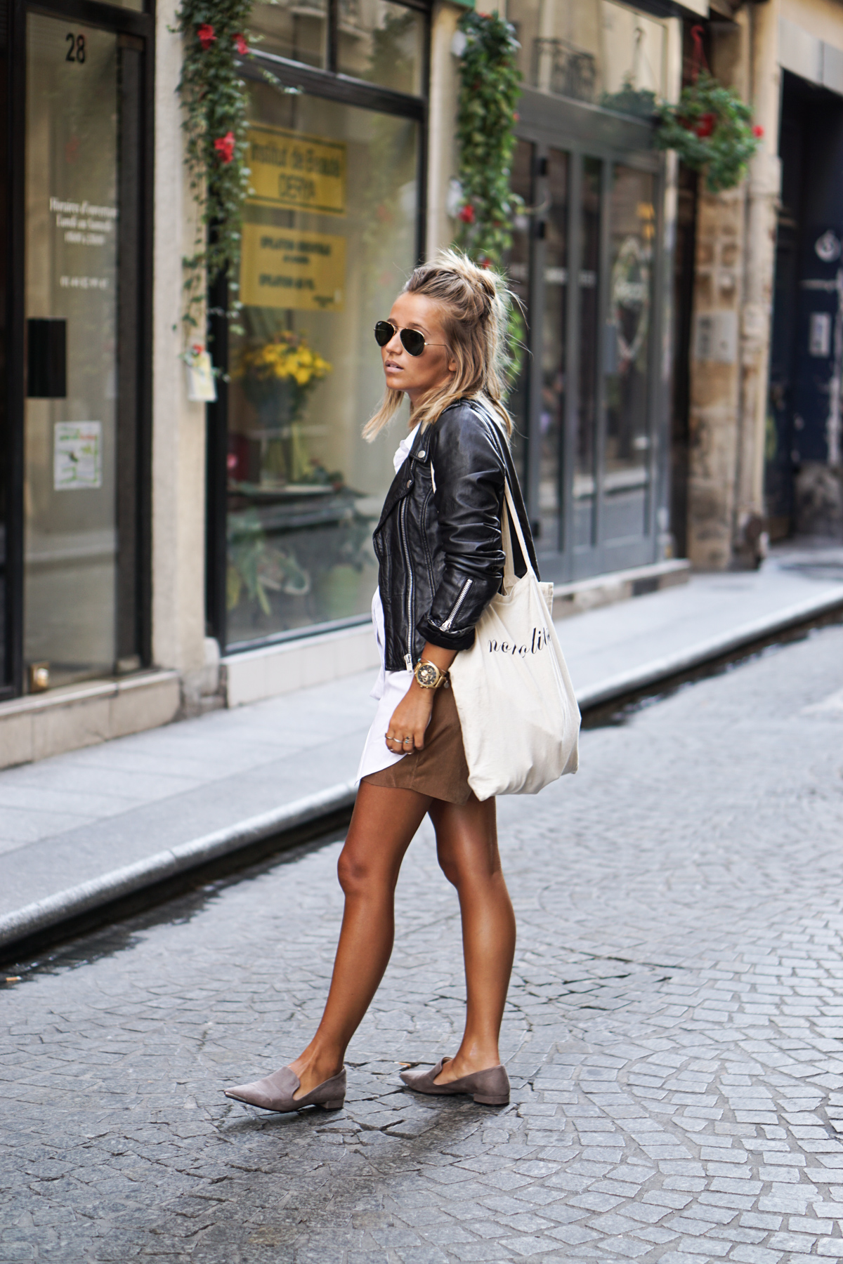 Leather jackets are the ultimate fall must-have item. Pair yours with simple pumps and beige shorts to get a sophisticated streetwear look. Via Camille Callen. Jacket: Sheinside, Shorts: Jennyfer.
