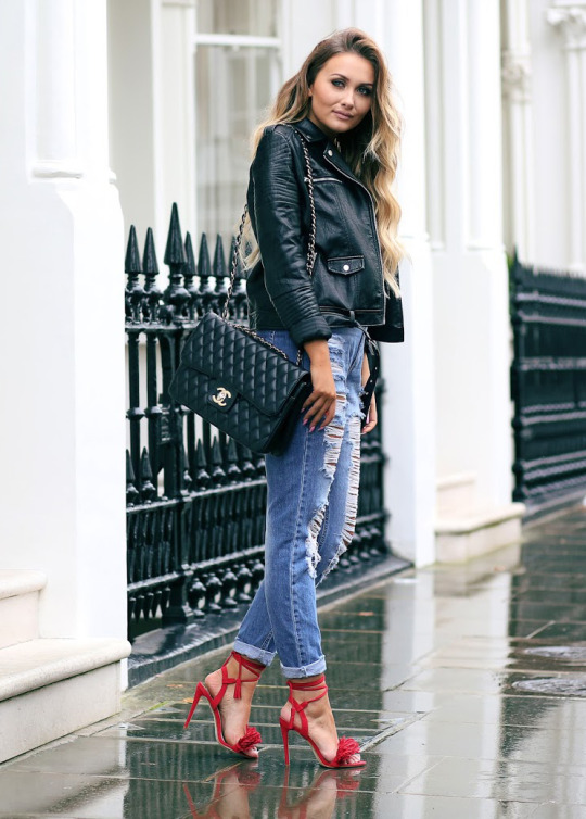 Distressed jeans go with almost anything! Thatpommiegirl pairs hers with striking red stilettos and a stylish leather jacket. Top/ Jacket/ Shoes: Missguided.