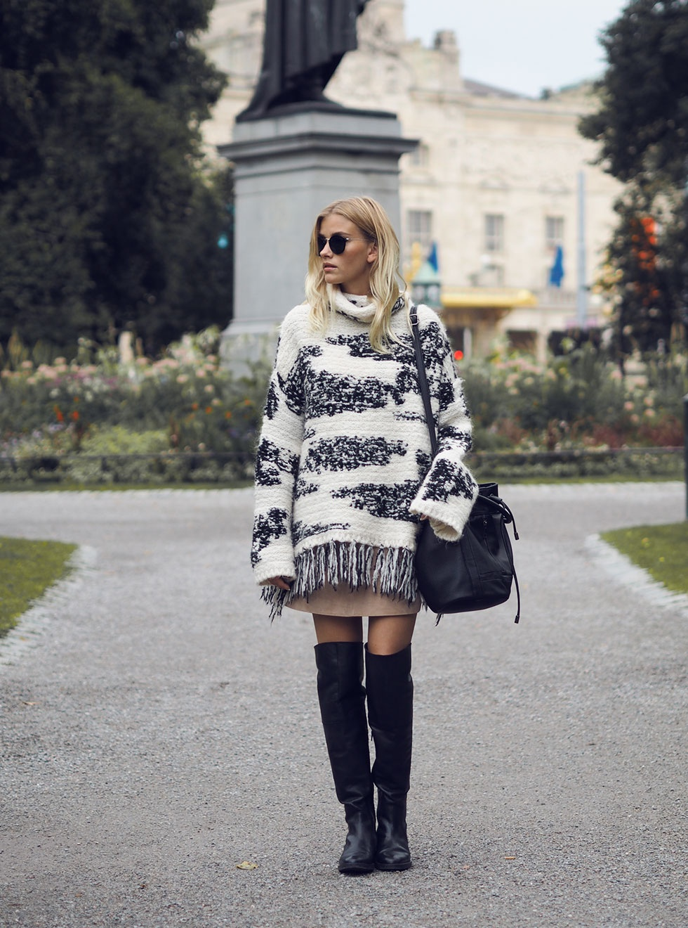 Elsa Ekman wears a chunky patterned knit jumper with her over the knee boots. Polo-Knit: Zara, Skirt: River Island, Shoes: Din Sko, Bag: Lindex, Sunnies: Ray Ban.