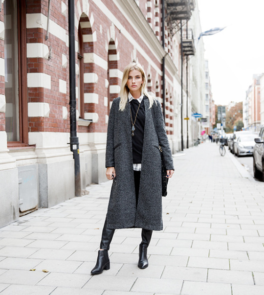 Elsa Ekman looks great in this long grey coat and black ankle boots. Coat/Shirt Lindex, Trousers: Zara, Shoes: Din Sko.