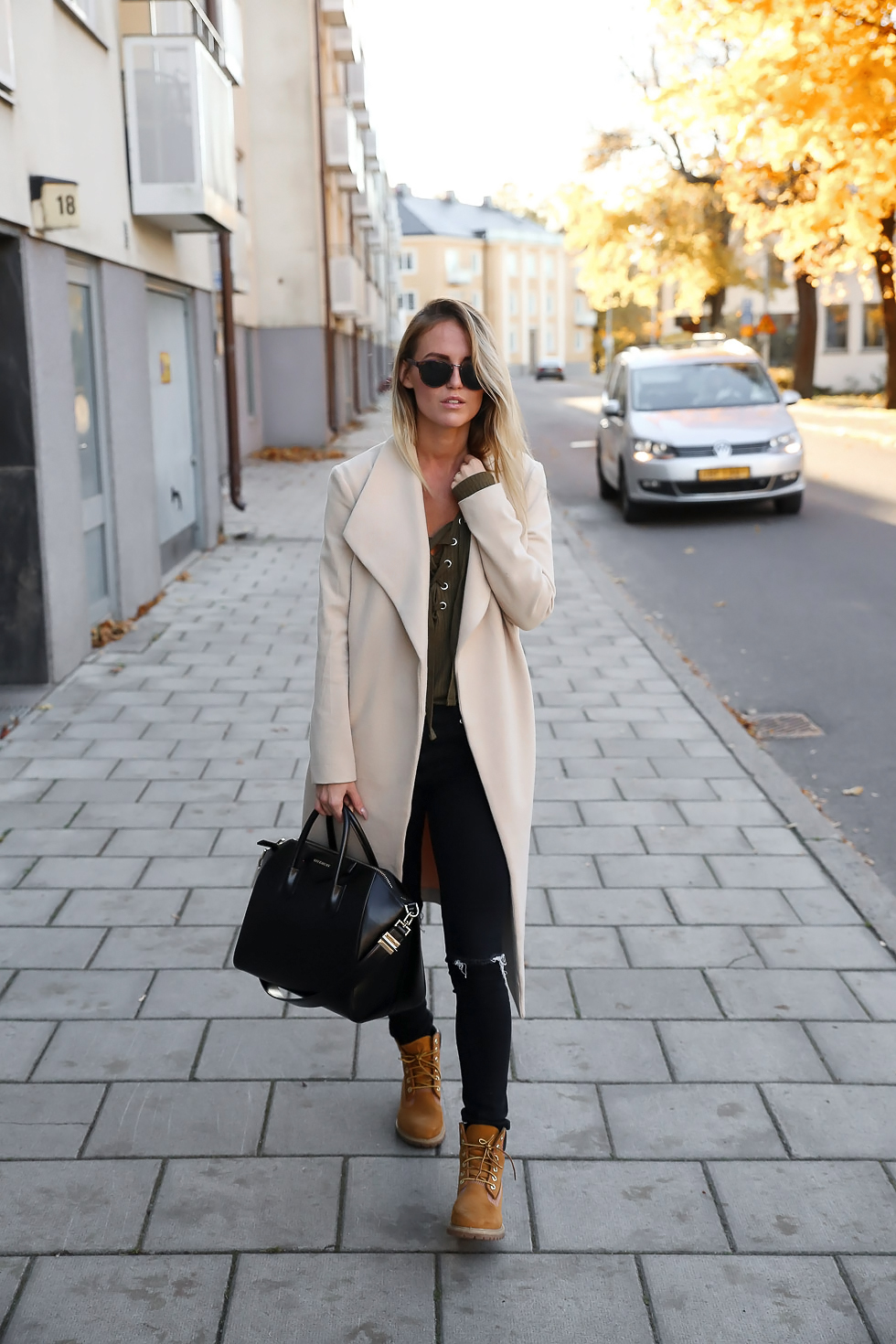 Kristin Sundberg rocks the Timberland trend, looking uber cool in a white coat and black skinny jeans. Top: Gina Tricot, Boots: Timberland, Bag: Givenchy.