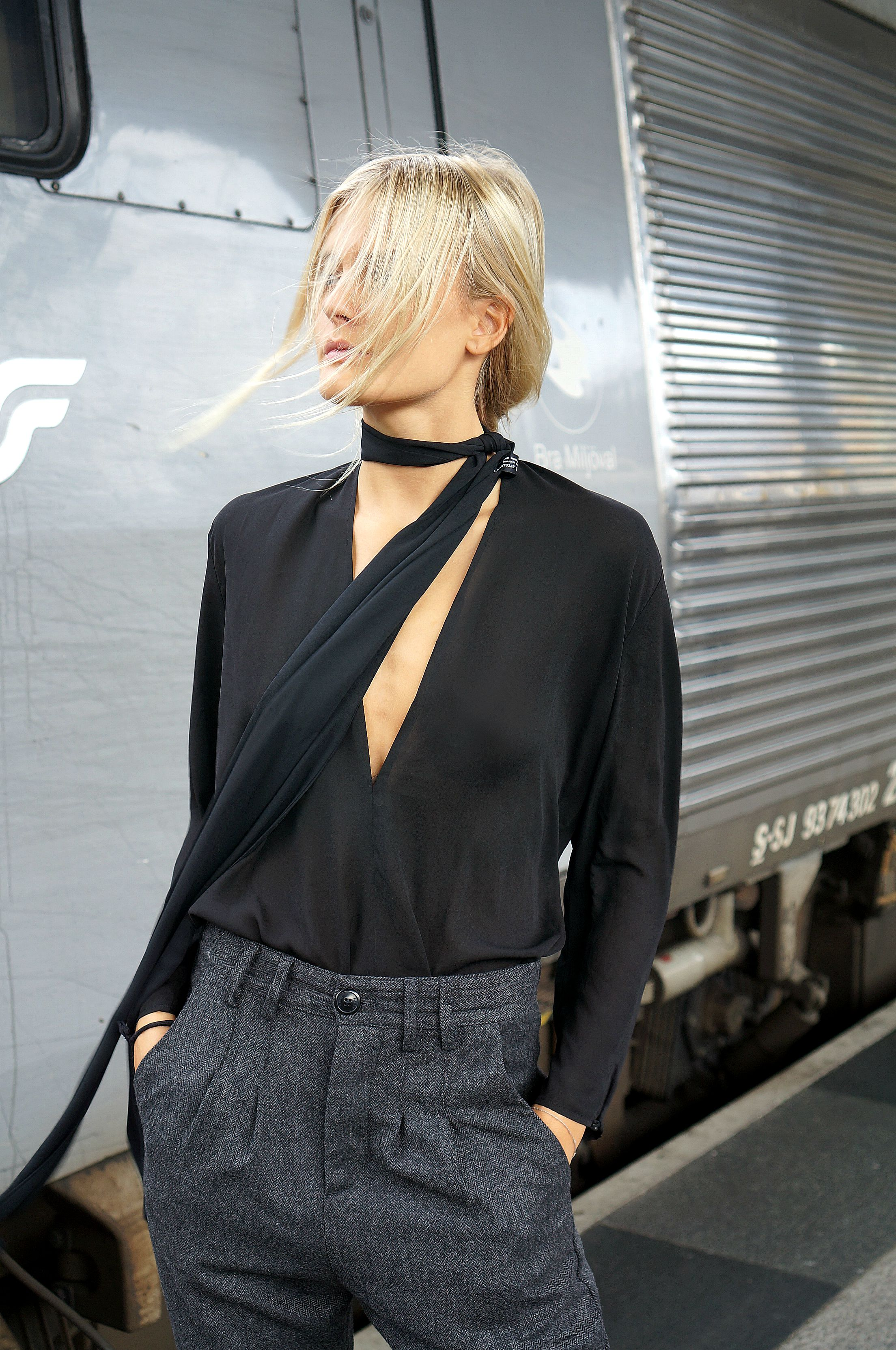 0d8e2715f423 Add instant sophistication to your V neck blouse by pairing it with a black skinny  scarf