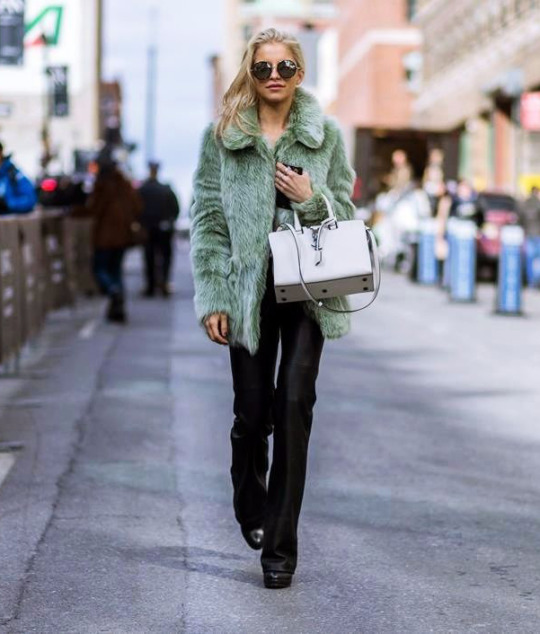 Caroline Daur is pulling off an absolutely killer winter style here, wearing a statement green faux fur coat with leather trousers and a YSL box bag. We love this look! Jacket: Topshop, Shirt: Samsoe & Samsoe, Trousers: Zara, Shoes: Poi Lei.