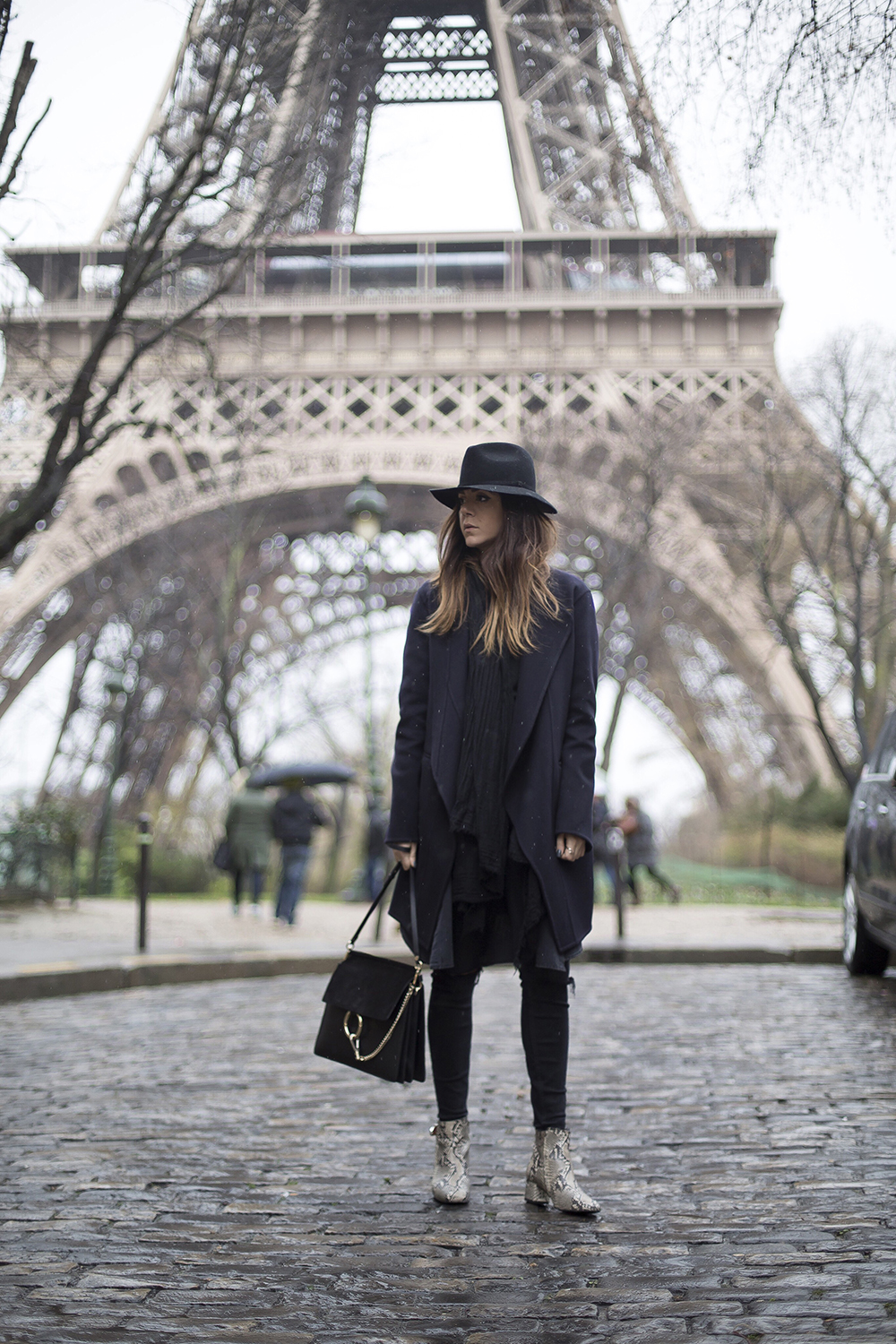 A fedora like this one worn by Nicoletta Reggio will add instant vintage chic to your look! This edgy all black aesthetic, paired with a pair of faux snakeskin boots, is ideal for every day wear! Coat: Celine from Gasmy.it, Trousers: Zara, Bag: Chloè, Shoes: Sarenza .