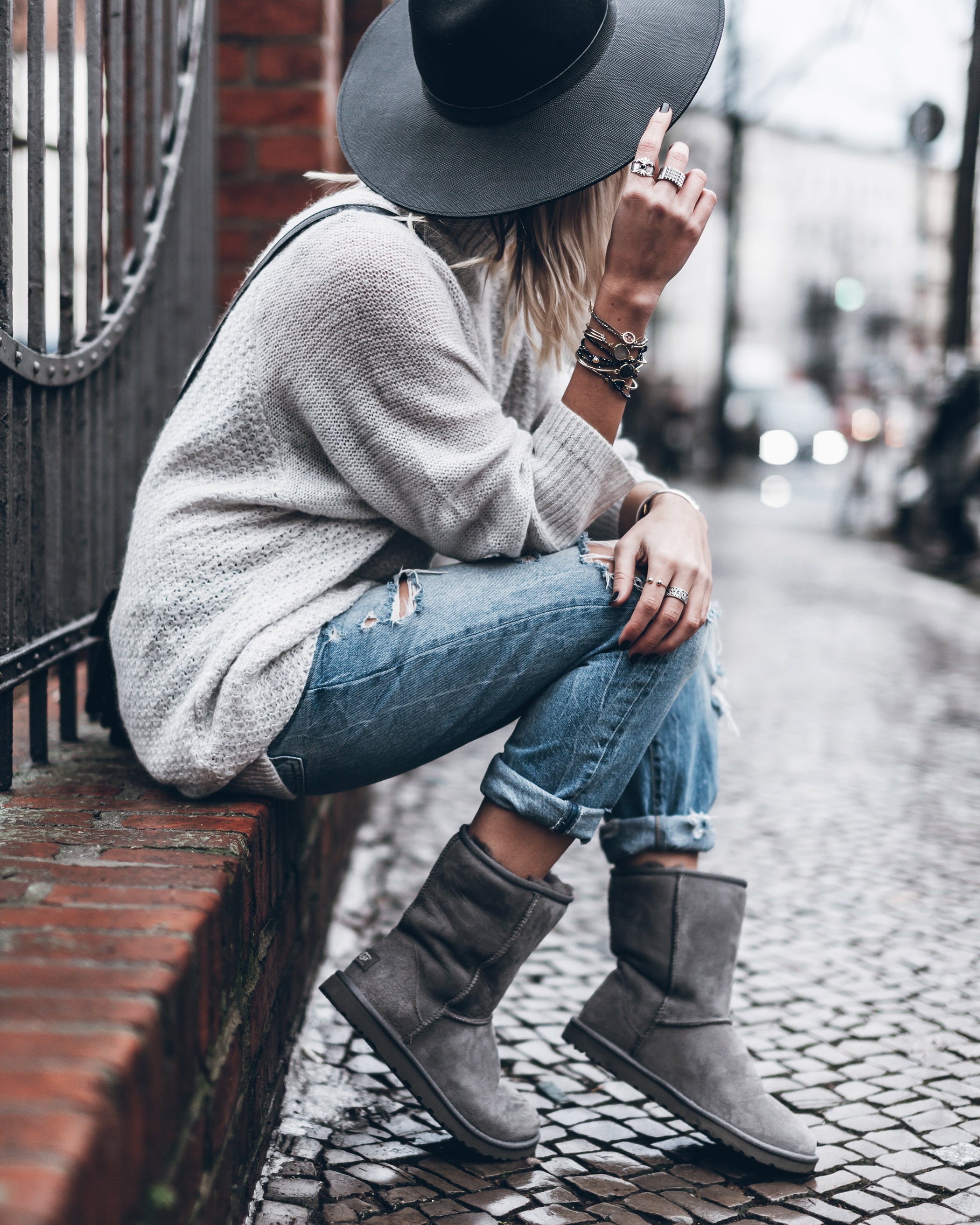 Jacqueline Mikuta is bringing back the Ugg trend, wearing a classic pair of ankle high boots with rolled jeans, a cable knit sweater, and a wide brimmed fedora hat. This cosy and homely look is ideal for colder winter days! Shoes: Ugg Australia.