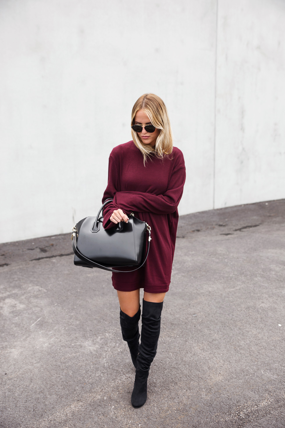 Thigh high boots are the perfect match to an oversized sweater dress, like this one worn by Kristin Sundberg. This look is cute and cosy, and ideal for those cooler days this spring! Boots: Nelly, Dress:Na-kd, Bag: Givenchy.
