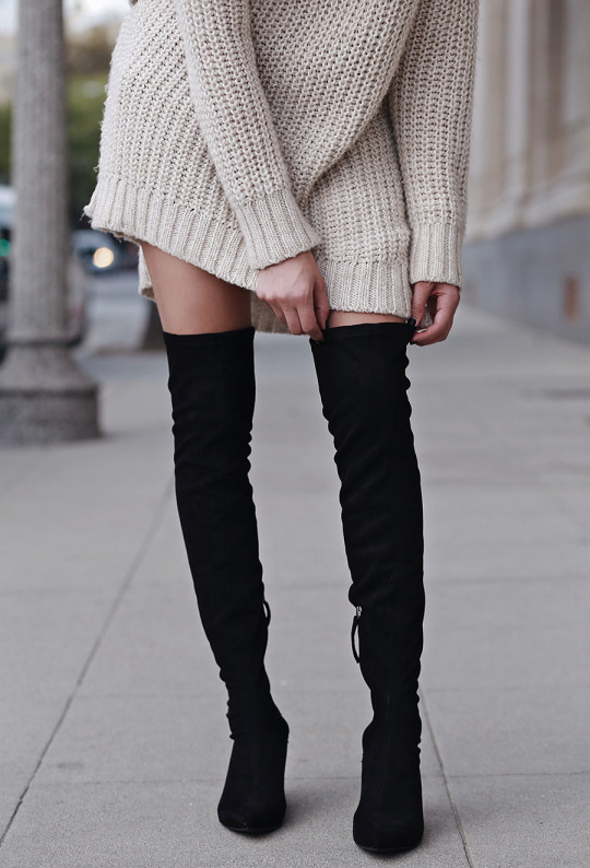 Brittany Xavier shows us exactly how to wear the thigh high boots trend; wearing this pair with an oversized cable knit sweater for a sleek and simplistic winter look. Sweater: H&M, Shorts: DSTLD DENIM, Boots: Zara.