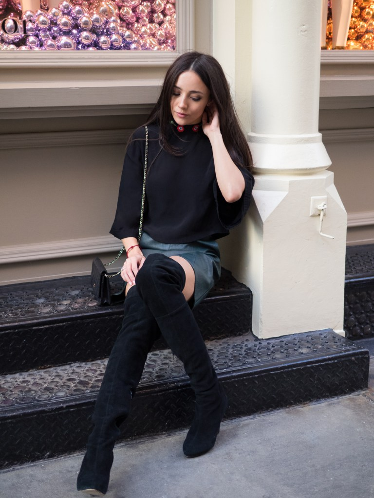 Black thigh high boots are an absolute classic, and a must have! Bo Mulder wears this pair with a cute leather mini skirt and an oversized black chiffon top! Skirt: Zara, Top: Rixo London, Boots: Vintage, Bag: Chanel.