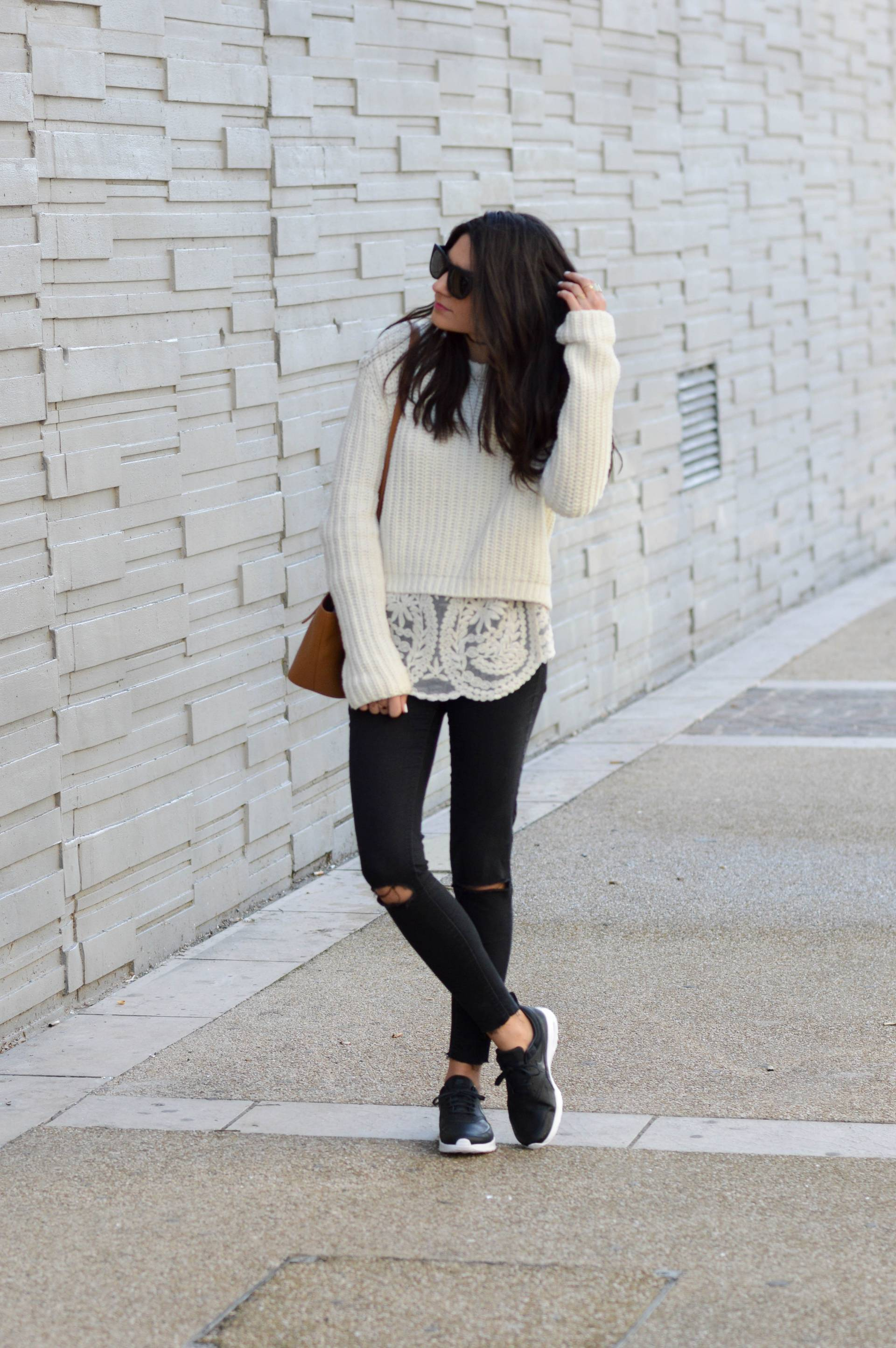 Just because it's spring doesn't mean you should ditch your knitwear! Federica L. has created a cute spring chic look here by pairing ripped black jeans with a white lace top and a knitted sweater. Sweater: Pull & Bear, Blouse: Pop My Dress, Trousers: Zara, Bag: Elleme.