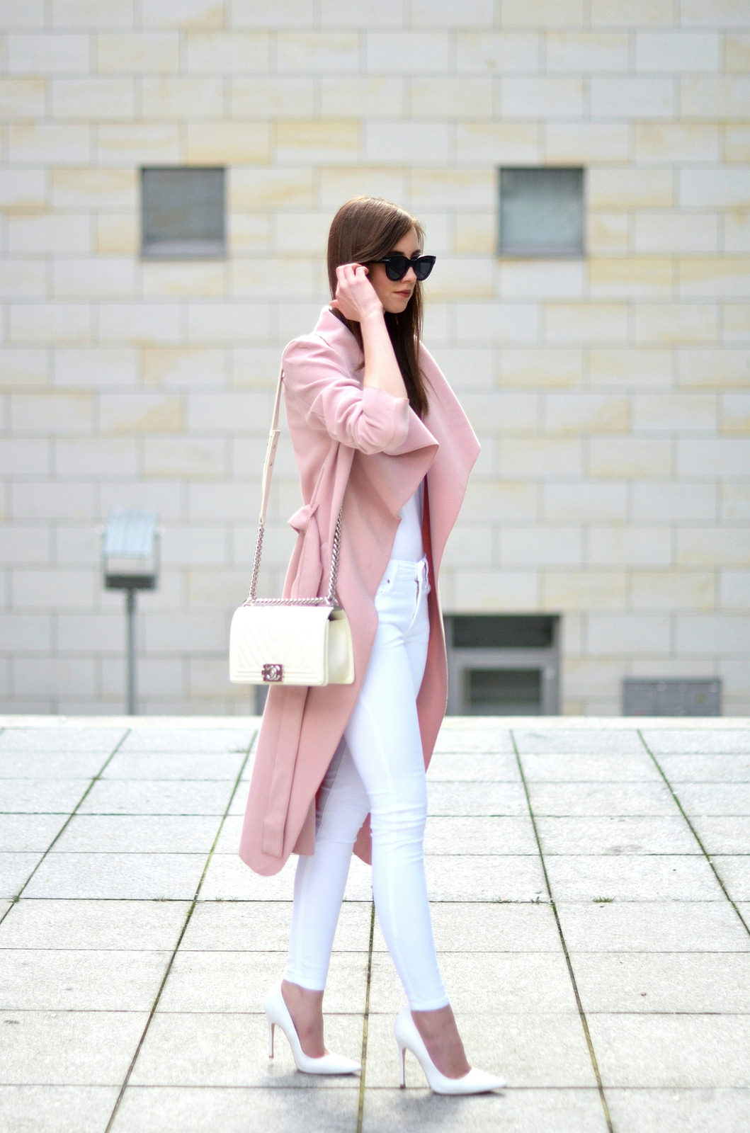 Blush pink is the way to go this spring! This gorgeous coat - paired stylishly with an otherwise all white outfit by Barbora Ondrackova - makes a statement of femininity and grace; we absolutely love it. Shirt: Acne, Jeans: Mango, Coat: Missguided, Heels: Topshop, Bag: Chanel.