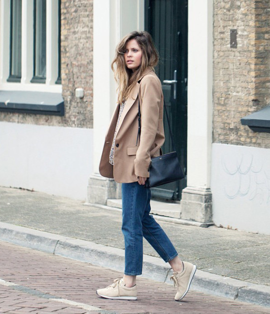 Christine R. has created a stylish and alternative look here, pairing cropped mom jeans with beige sneakers and a matching androgynous style blazer. This look is attractive and simple, and easily achieved for a spring look! Blazer: Zara, Top: Ganni, Jeans: COS, Bag: Celine, Sneakers: Meyba.