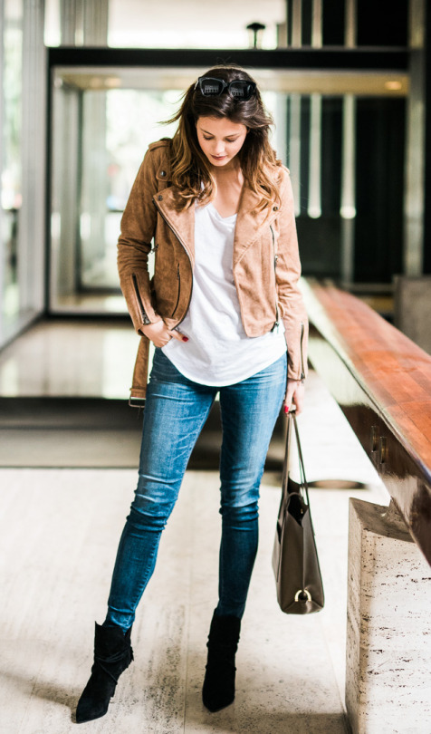 Jackie is looking fierce in this casual spring outfit of a brown suede jacket, a white V neck tee, and skinny denim jeans. We reckon this look is ideal for everyday wear on those warmer spring days! Jeans: Shopbop, Jacket: Urban Outfitters.