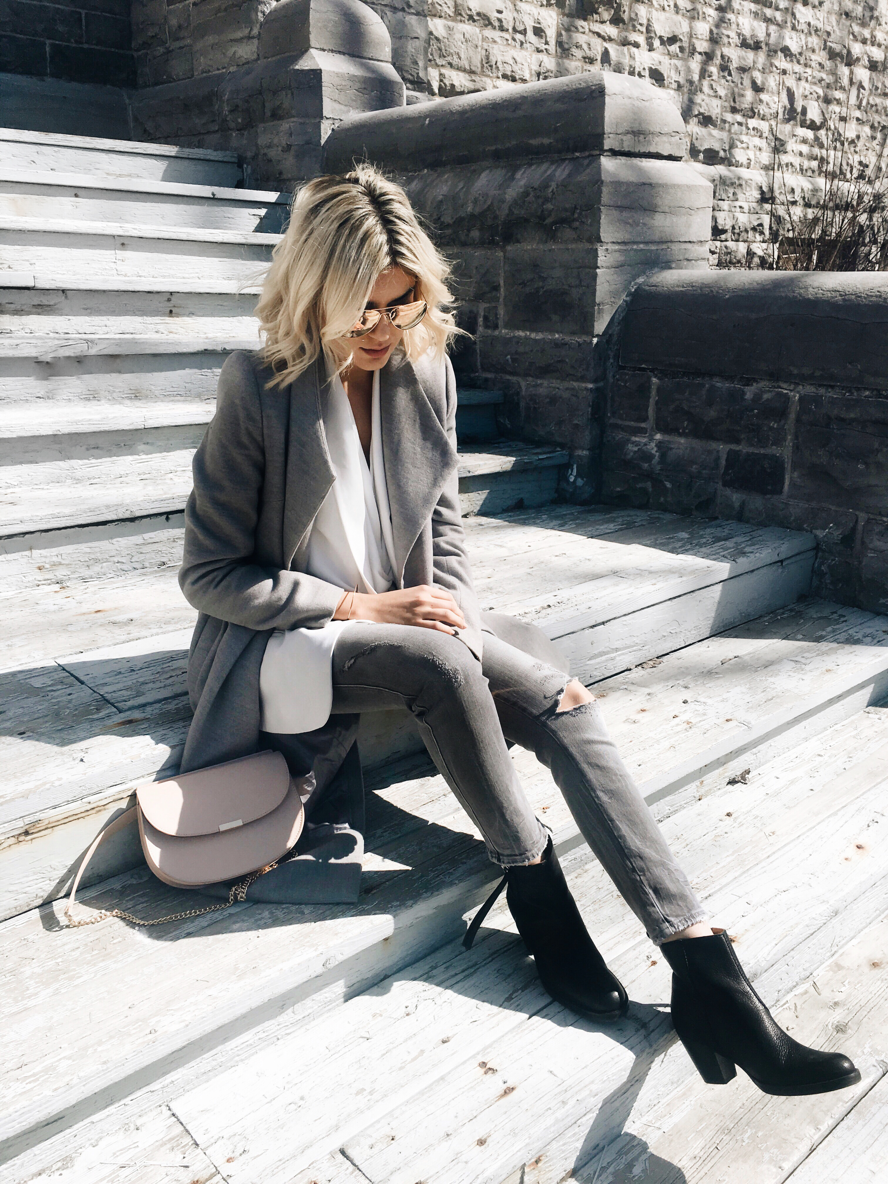 Emily Luciano is keeping it cool and casual in an all grey outfit consisting of a grey maxi coat, a white blazer, and a pair of gorgeous patent Chelsea boots from Acne. Grey tones are 100% in this season, and will give you a refreshing spring style which you won't be able to resist! Boots: Acne.