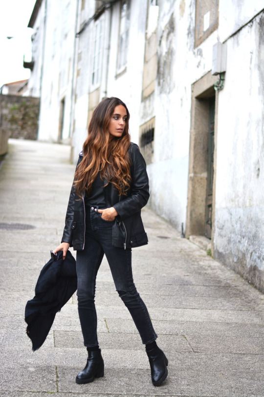 Stella Wants To Die is looking suave in an all black outfit consisting of an oversized leather jacket, skinny jeans, and a pair of leather Chelsea boots. We love this biker chick style and recommend it for those days you're feeling a little bit edgy! Jacket: Zara, Jeans/Tee: Pull & Bear.