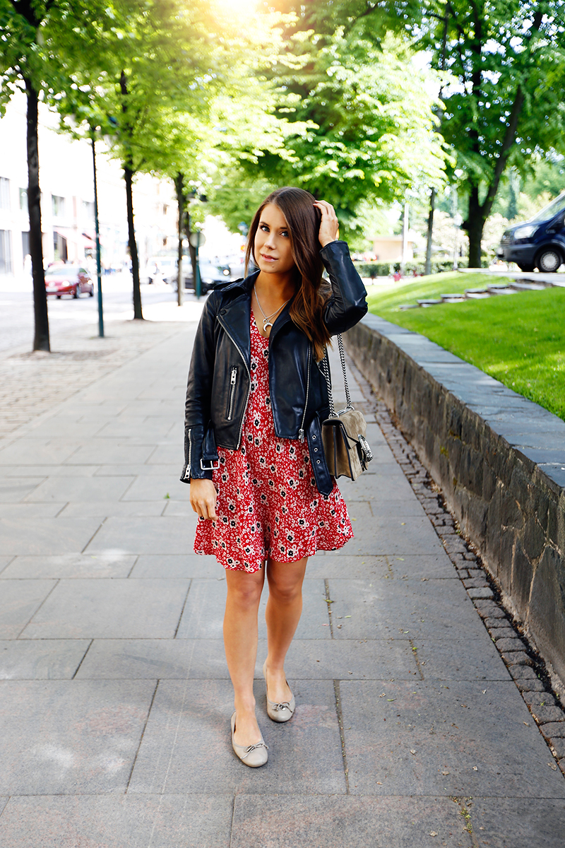 Even in summer a leather jacket is still the ideal match to almost every casual style! Marianna Mäkelä wears this classic biker jacket over a cute floral printed dress, paired with pumps for a simplistic overall style. Jacket: AllSaints, Dress: Zara, Bag: Gucci, Shoes: Wonders.