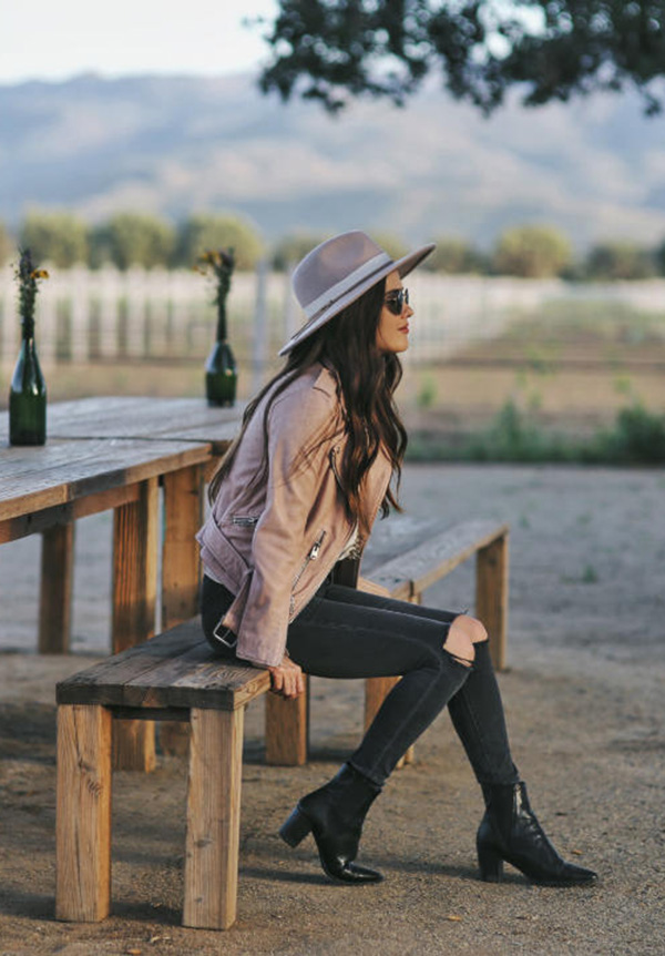 Paola Alberdi looks totally summer-ready in this gorgeous blush pink leather jacket. Worn with distressed jeans and a wide brimmed hat, this style is easily achieved yet effortlessly stylish. Brands not specified.
