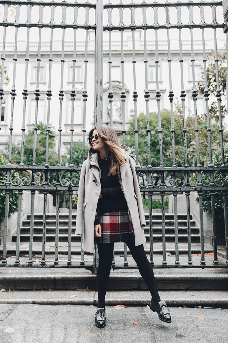 Sara Escudero is wearing a pair of shiny patent loafers with a tartan mini skirt, matched with a cute cropped sweater and a gorgeous cream duffel coat. This look is suitable for any season; and can be adapted to any weather! Coat/Skirt: Fay, Jersey: Asos, Loafers: Zara.