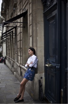 Evangelie Smyrniotaki highlights the versatility of patches in this chic look. The patched skirt gives this, otherwise classic look, a unique twist. We love it. Skirt: Marc Jacobs, Shirt: Brand not specified, Loafers: Gucci