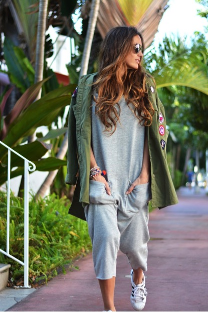 María looks comfortable yet collected in this grey jumpsuit. The outfit is given a cool dimension through the patched jacket and sneakers, making the look more alternative. Brands not specified