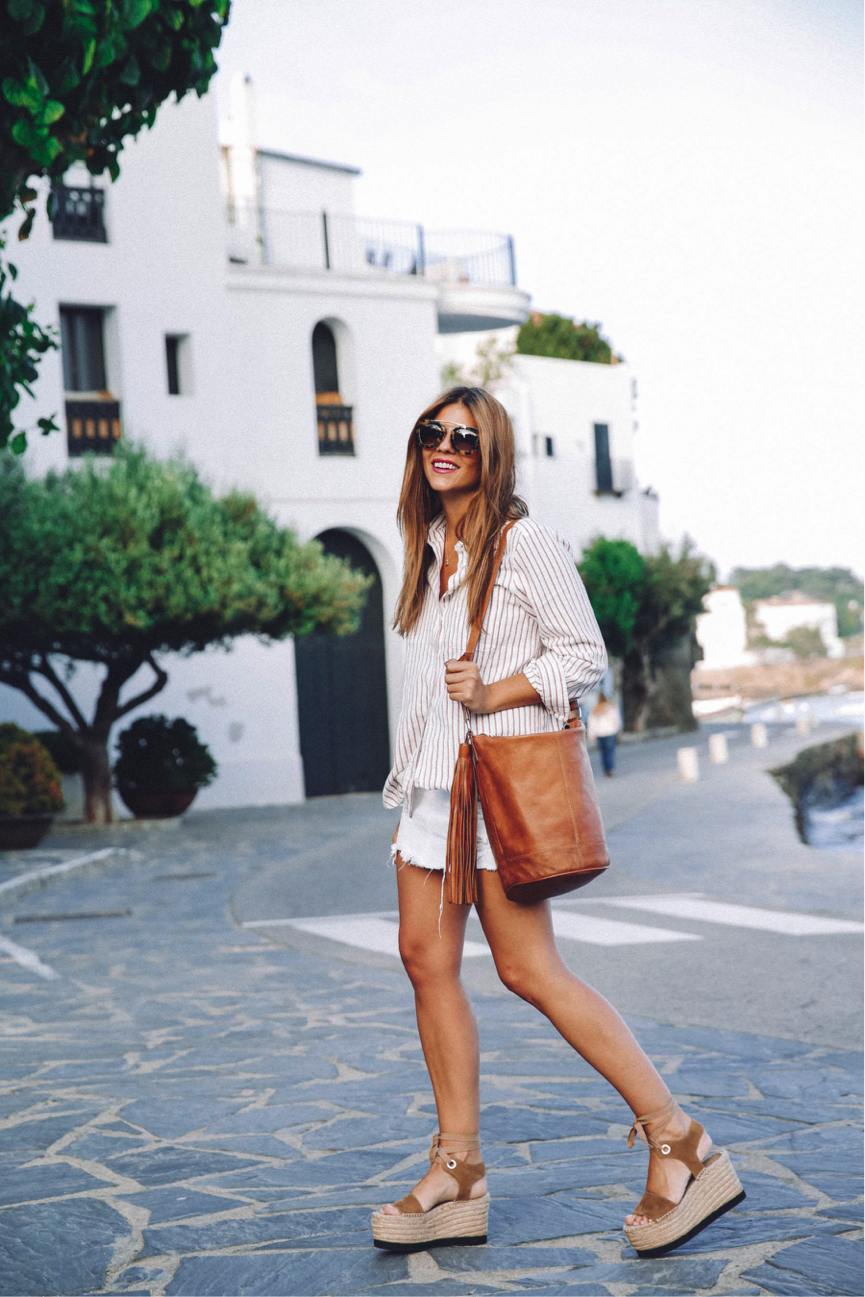 Summer is all about relaxing and enjoying the great weather- Natalia Cabezas emulates these chilled vibes in this simplistic outfit. We adore the combination of the white shirt and mini-skirt with the tanned sandals and bag. Shirt: ASOS, Skirt: Pull&Bear, Sandals: Paloma Barceló